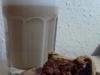 Pekannussbissen mit einem Latte Macchiato